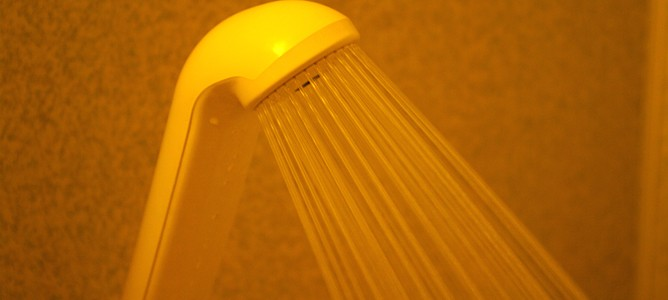 How to beat cold feet or water retention with alternating hot and cold showers